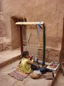 enfant travaillant seul dans un atelier textile
